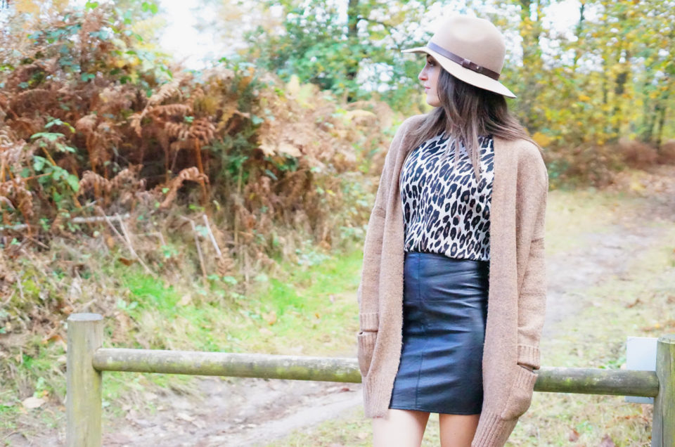 Top imprimé léopard, leather skirt & boots cloutées